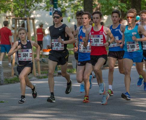 Das Spitzenfeld über 5km der U 18 - Läufer