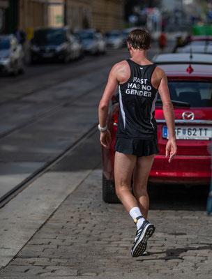 Martin Mistelbauer bei km 38 von einem Krampf geplagt, nach kurzer Dehnpause gehts weiter, zuerst gehend dann wieder laufend