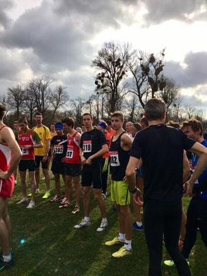 Start zum Rennen der Männer-Kurzstrecke, der spätere Sieger Timon Theuer in der Mitte (gelbe Hose)