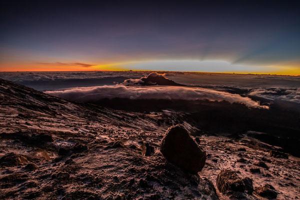 guten Morgen. vom Beginn des Gipfeltages gibts dunkelheitsbedingt keine Fotos, wir sind schon auf ca. 5400m als sich die Sonne ankündigt