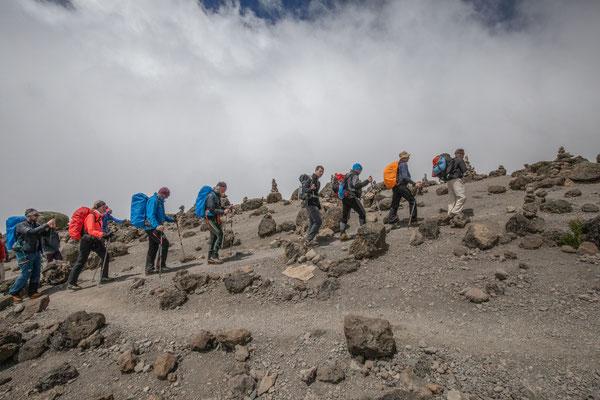 somit gehen wir weiter mit vollem Bauch in Richtung letztes Camp vor dem Gipfeltag