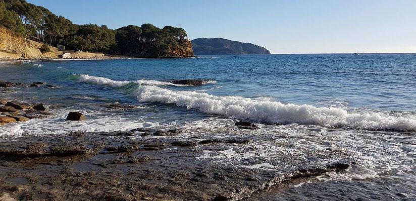 La plage du Liouquet avec ses galets et son petit nout de plage de sable