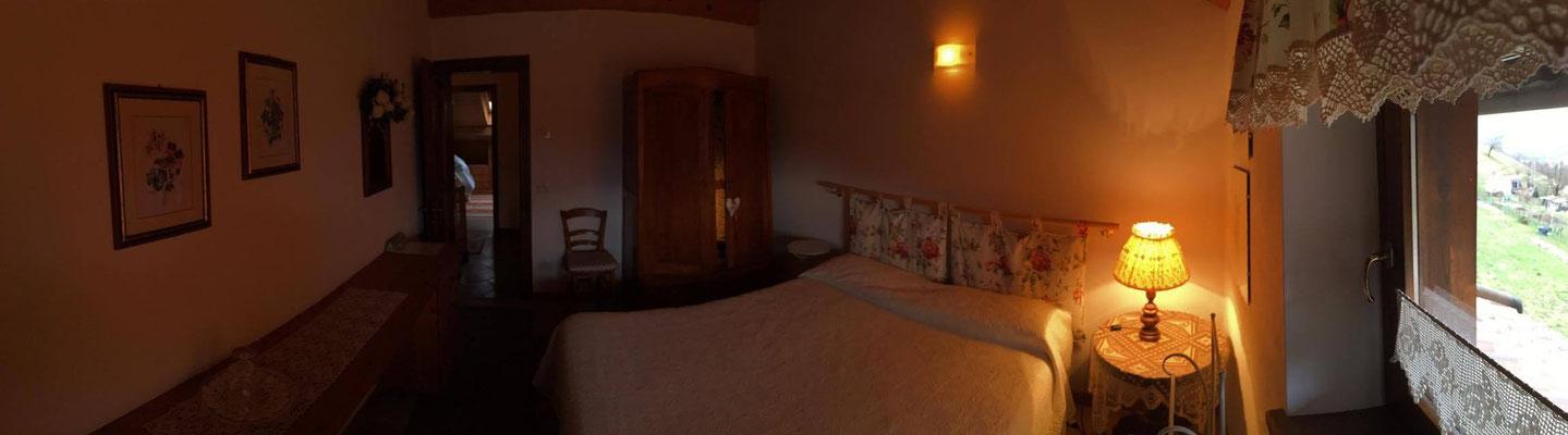 """Camera """"delle Rose"""", le luci sono soffuse per un'atmosfera accogliente e rilassante."""