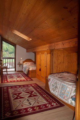 Accogliente camera spaziosa dalle luci soffuse e finemente arredata, con diretto accesso ad un privato ed esclusivo terrazzo affacciato sul giardino in fiore del B&B Monti del Sole