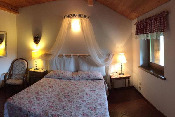 Camera Romantica con ampia vista sulla vallata feltrina, un angolino di quiete e relax.