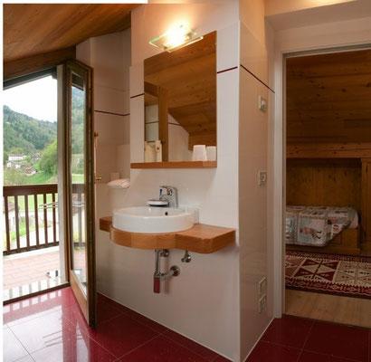 Bagno privato, con ampia doccia in cristallo.