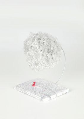 """""""Nubes otra vez"""" (Vista diagonal) - 18 x 13 x 16 cm - Crochet y bordado - 2019"""