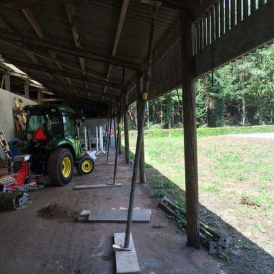Nun werden die Eisenträger abgestützt, damit die Holzpfosten saniert werden können.