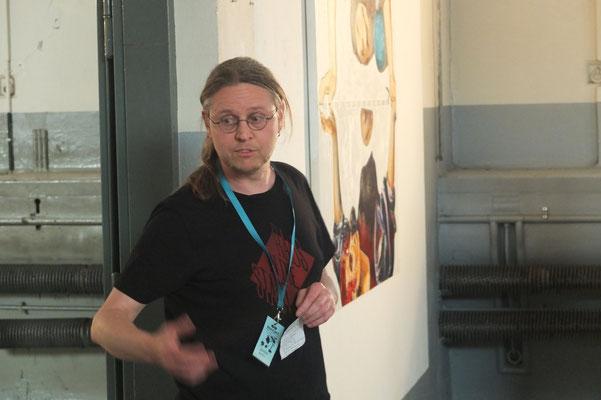 Guido, derAusstellungsmacher bei der Eröffnungsrede