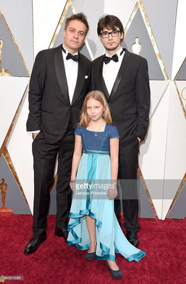 Julia Pointner (vorne) mit einem Kleid von Karin P. Couture am Red Carpet der Oscars 2016 in Hollywood mit Patrick Vollrath und Sebastian Thaler – – hier: The Hollywood Red Carpet.