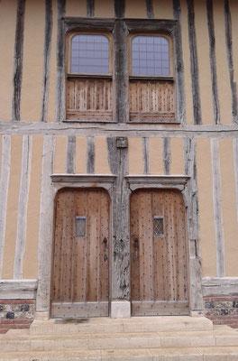 Portes d'entrée en rez-de-chaussée et portes fermières à l'étage