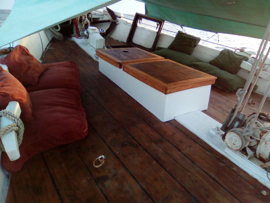 Un coffre table a été installe pour un salon confort