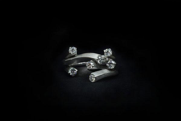 Subtilia. Ring. 750/ooo Gold, Lupenreine Brillanten 0.7 ct