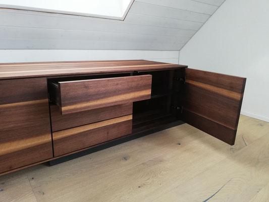Betonmöbel Sideboard in echt Beton und Nussbaumholz, Holz ist ein Warmes Element, Beton eher ein kaltes, Beton ist anthrazit Farbig, Beton eingefärbt, eingefärbter Beton