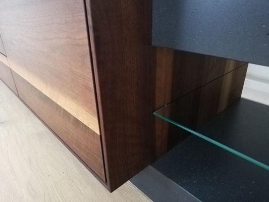 Glas Tablar, Sideboard in echt Beton und Nussbaumholz, Holz ist ein Warmes Element, Beton eher ein kaltes, Beton ist anthrazit Farbig, Beton eingefärbt, eingefärbter Beton