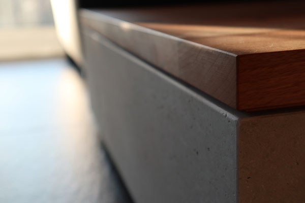Salontisch aus Betonplatten und massivem Nussbaumholz,