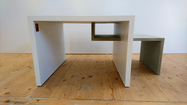 Salontisch weiss lackiert und echter Beton, Betonmöbel mit weiss lackiertem Tisch, Couchtisch aus Beton