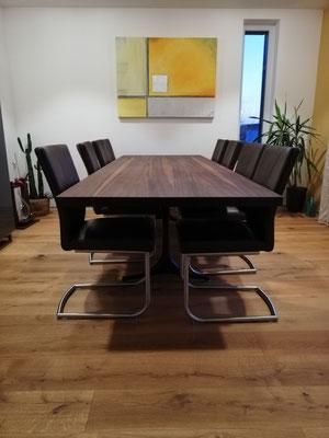 Esstisch in massivem Nussbaumholz, Holz Tisch, geölt, neu individuell hergestellt in der Schweiz, Schweizer Holz