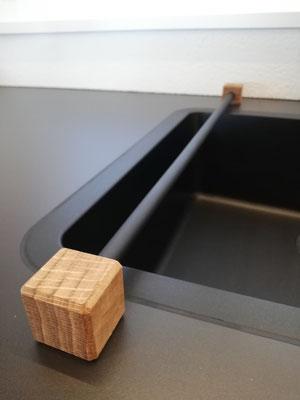 Putzlappenhalter von design11, Edelstahl schwarz lackiert und Holz, der ideale Küchenhelfer