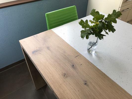 Betontisch mit Holz, Küchentisch aus Beton, echter Beton in einem Haus, Betonfläche mit Holz kombiniert