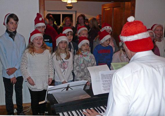 Der Kinderchor unter Thomas Hessel singt schöne Weihnachtslieder