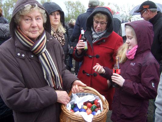 Mitglieder des Heimatvereins verteilen Ostereier ...