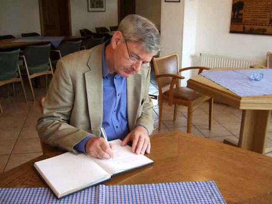 Karl Schiewerling trägt sich ins Gästebuch ein ...