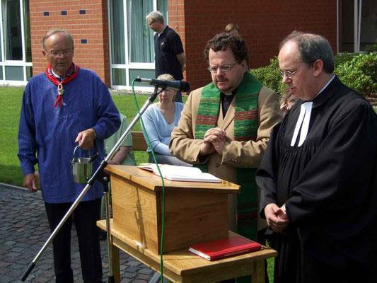 vlnr: Vorsitzender Albert Kortenbusch, Pfarrer Heio Weishaupt und Pfarrer Thorsten Melchert