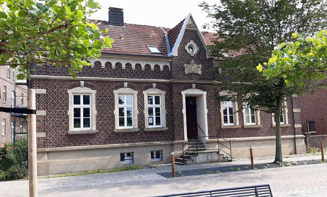 Die Vikarie wird 1898 unter Pfr. August Dirking gebaut, damit ein Vikar nach Olfen kommen kann. Heute dient sie als Wohnraum und wird von der kath. Kirchengemeinde vermietet.