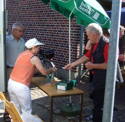 Kühle Getränke direkt aus dem Kühlwagen, ausgegeben von Harald und Christiane Zingler