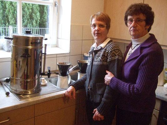 ... und dazu gibt es einen frischen Kaffee aus der Küche von Ruth Besse und Gertrud Schröer.