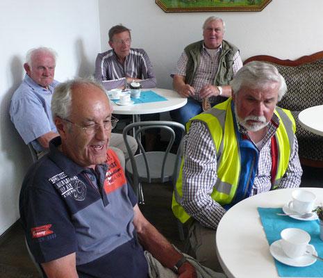 Nach der Führung stärkten sich die Radler bei einer Tasse Kaffee in der Kantine