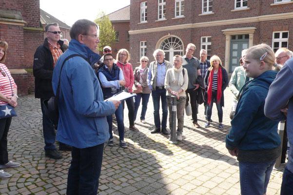 Peter Dördelmann berichtet auf dem Platz vor der St. Vitus-Kirche über Bischof Wolfhelm