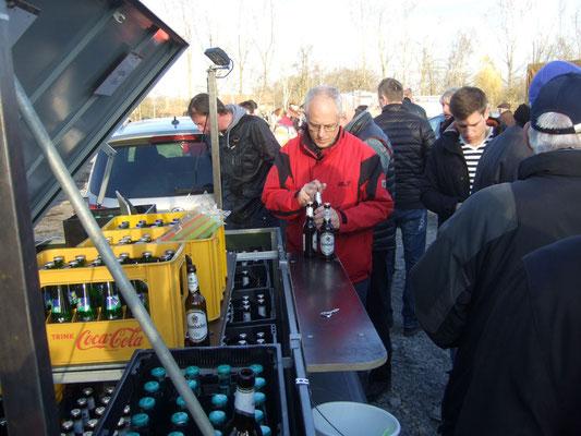 Mitglieder des Heimatvereins halten kühle Getränke bereit ...