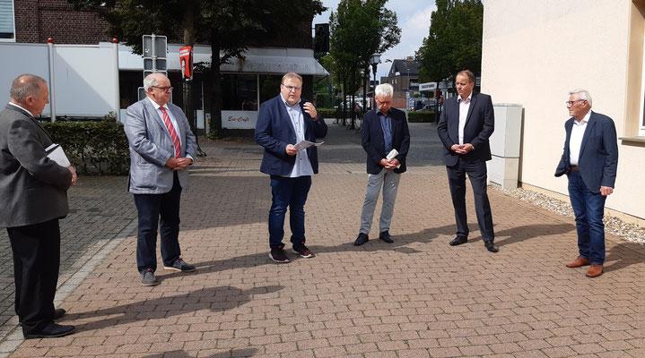 Bürgermeister Wilhelm Sendermann, Pfarrer Thorsten Melchert und Pfarrer Ulrich Franken hielten eine Ansprache. Johannes Leushacke gab eine Übersicht über das Leben der Juden in Olfen.