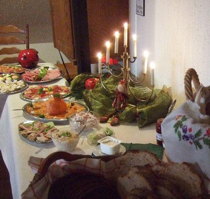 ...  ist das Buffet im weihnachtlichen Ambiente aufgebaut ...