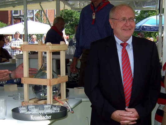 Bürgermeister Josef Himmelmann hat einen Obstler in einer großen Flasche mitgebracht