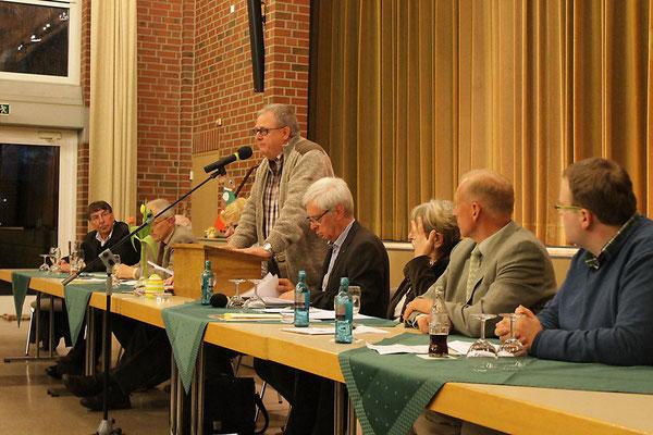 Heribert Birken als Versammlungleiter bei der Wahl des neuen Vorsitzenden - Foto: Antje Pflips