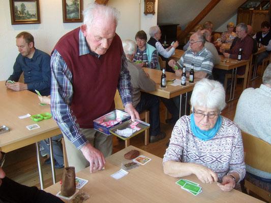 Hermann Röhling organisiert das Spiel. Die Belegung der Tische wird ausgelost.