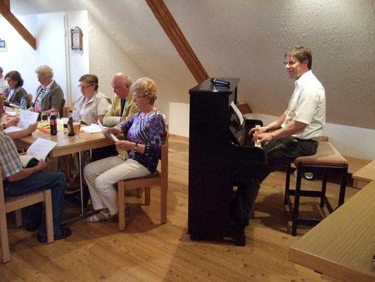 Thomas Hessel begleitet die geselligen Lieder