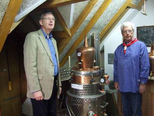 Ludger Besse zeigt ihm die Brenn- und Brauanlage im Backhaus.