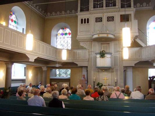 Altar (Anbetung), Kanzel (Verkündigung) und Orgel (Lobpreis) sind über einander angeordnet