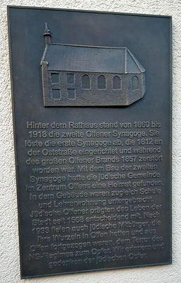 Die Gedenktafel an der Seite des Amtshauses - angebracht 2020.
