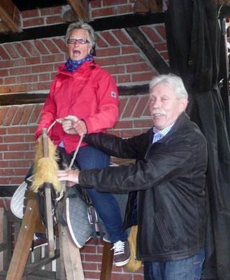 Gerda beim Rodeo-Reiten
