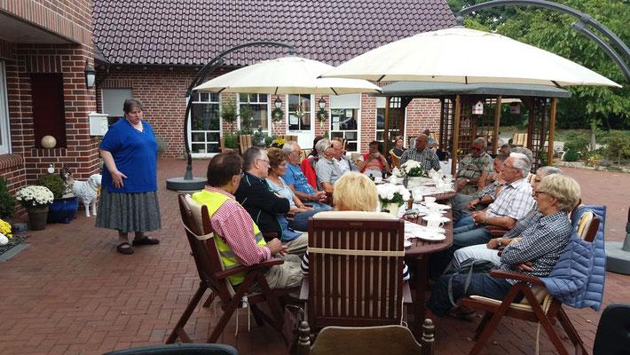 Bernhardine Belustedde erzählt über die Geschichte des Hofes