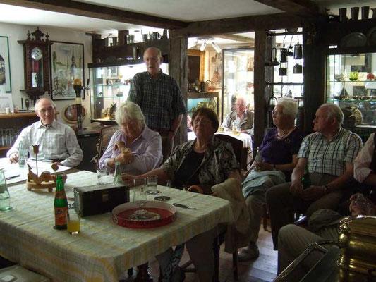 Ludger Haverkamp erklärt die umfangreichen Sammlungen in der Heimatstube