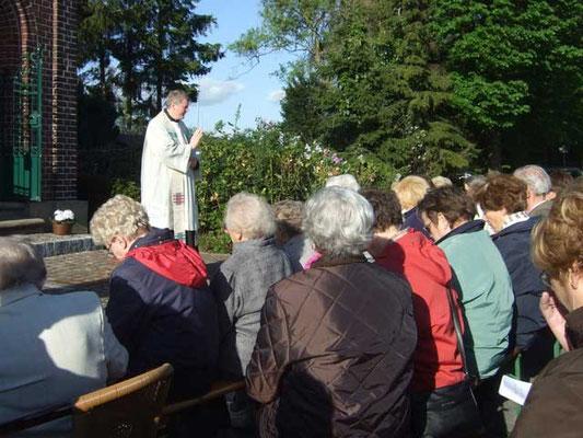Zum Schluss der Andacht segnet Pastor Bernd de Baey die Gläubigen