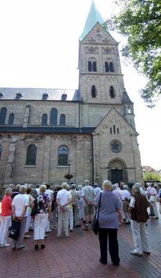 Vor der katholischen Pfarrkirche St. Martinus aus dem Jahre 1903