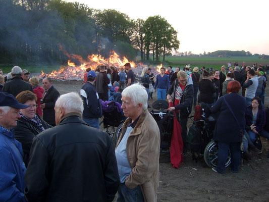 Das schöne und milde Wetter lockt viele Besucher an und das Holz brennt schnell ab