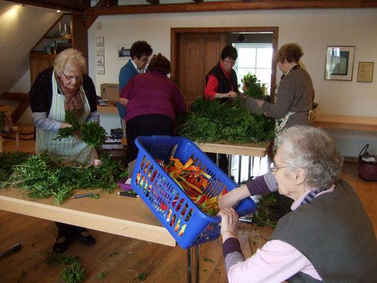 Viele Frauen des Heimatvereins helfen beim Erstellen der Palmsträuße
